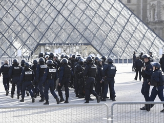 French soldier shoots attacker near the Louvre