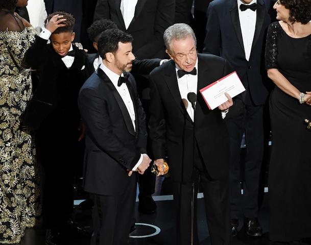 Warren Beatty goofs, names wrong Oscars winner