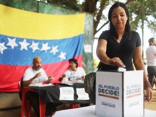 Venezuelans vote against constitution plans