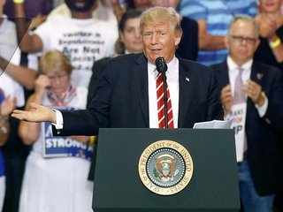 Trump rallies his base against his own party