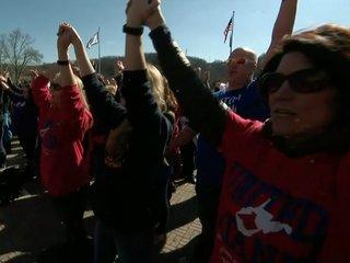 Gov. proposes pay raise, teachers to end strike